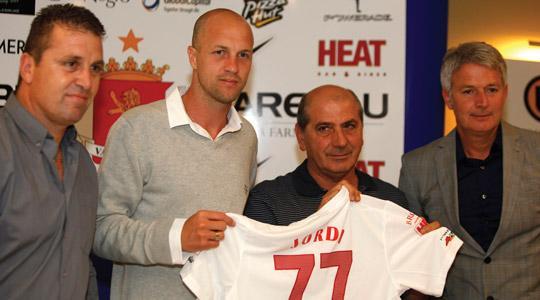 Valletta president Victor Sciriha (centre) with new signing Jordi Cruyff (left) and coach Ton Caanen.