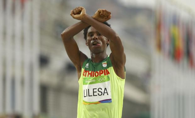Feyisa Lilesa making the gesture at the finishing line.
