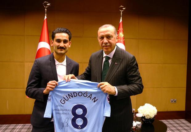 Ilkay Gundogan poses with Turkish President Tayyip Erdogan.