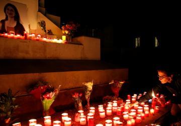 Demonstrators reclaim Great Siege monument in vigil for Daphne
