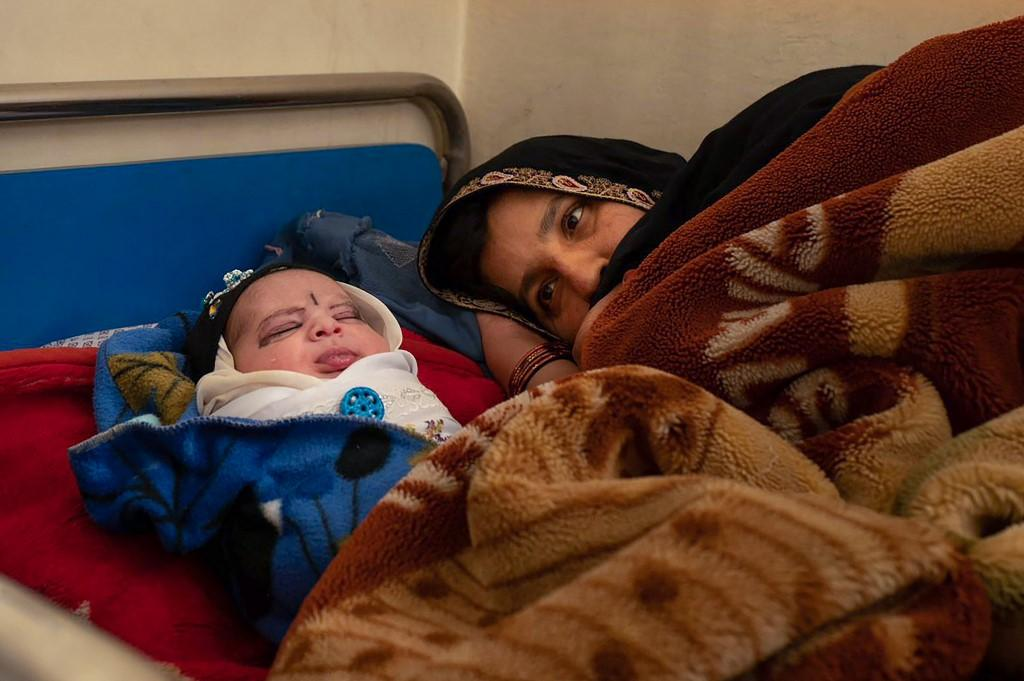 A mother with her newborn resting at the Tangi Saidan clinic.