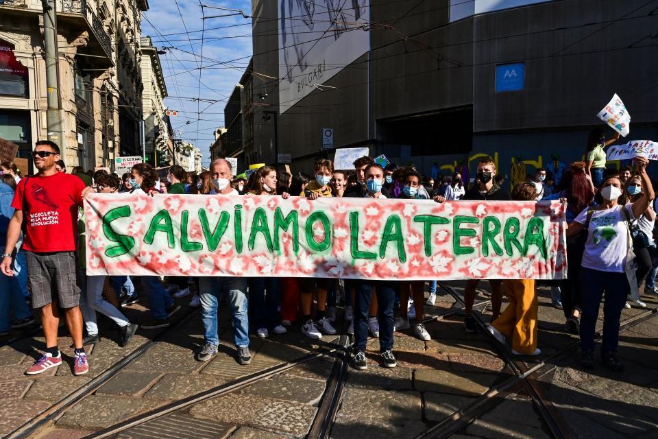 Jóvenes activistas climáticos marchan durante una huelga de estudiantes de Fridays for Future al margen de los eventos Youth4Climate y Pre-COP 26 en Milán.  Foto: Miguel Medina / AFP.