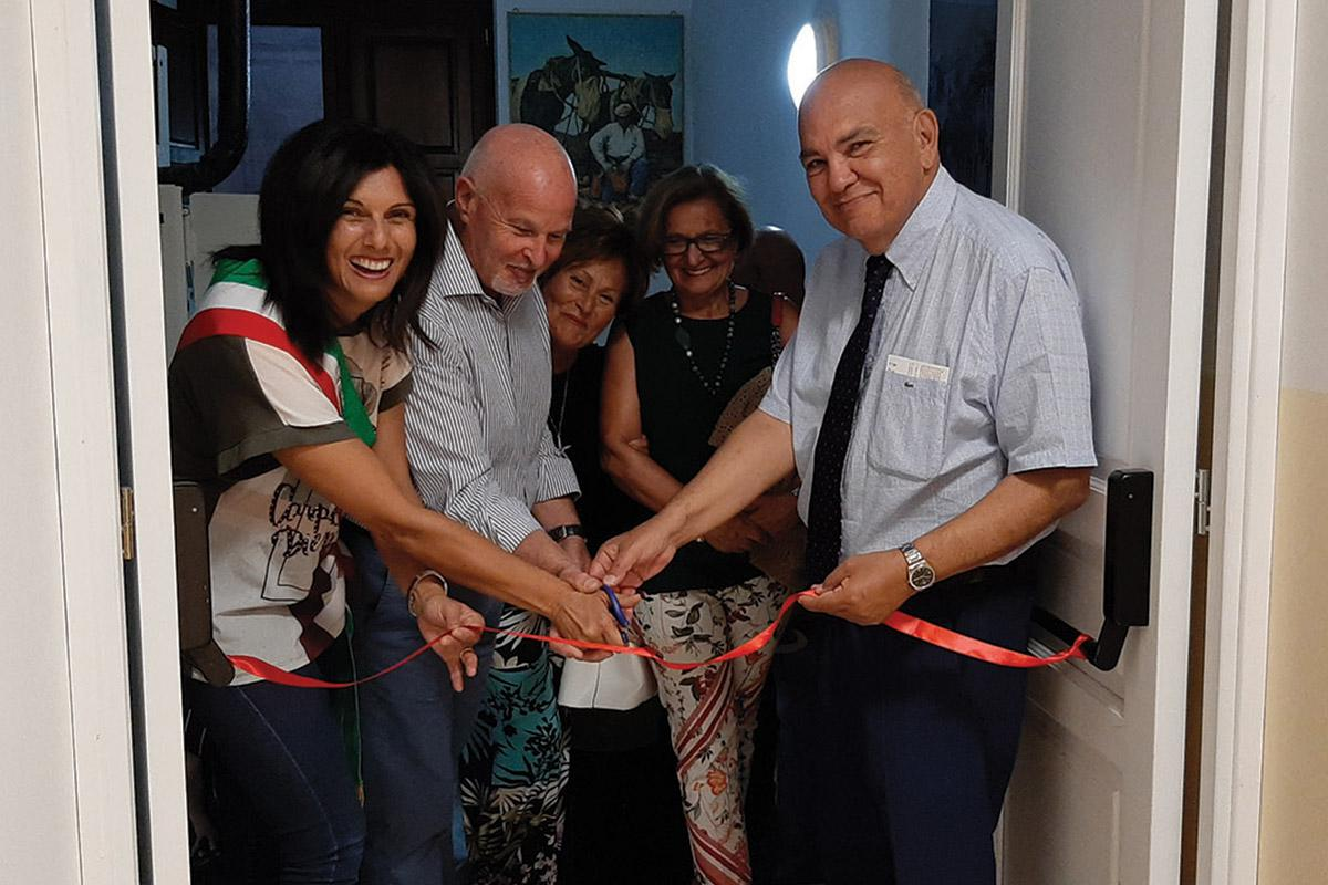 Author (right) and mayor Rossella La Pira inaugurating an extension to the museum I Luoghi del Lavoro Contadino.