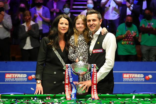 Selby holds off Murphy to claim fourth world snooker title