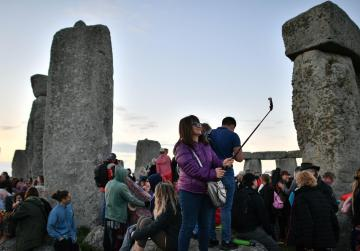 Clear skies thrill Stonehenge crowds for summer solstice