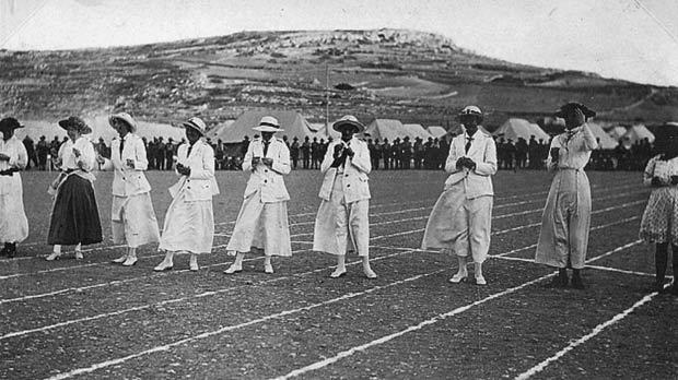 Ladies' 100 yards race, Għajn Tuffieħa. Photo: The Empire Studio