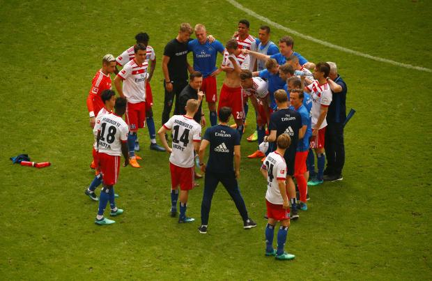 Hamburg coach Christian Titz in a huddle with the players at the end of the matc.h