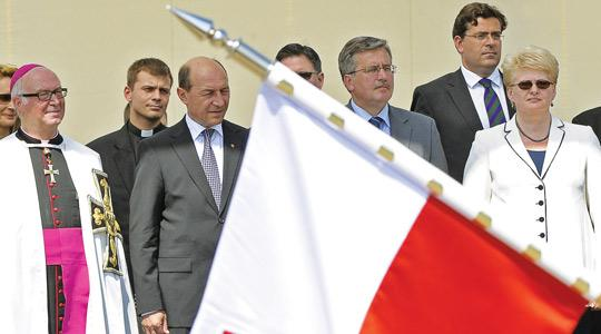 Grand Master of the Teutonic Order Bruno Platter (left) with Romanian President Traian Basescu, Poland's President-elect Bronislaw Komorowski and Lithuanian President Dalia Grybauskaite standing behind a Polish flag. Photo: Janek Skarzynski/AFP