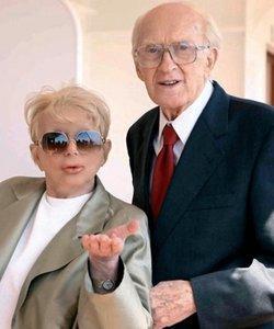 Raimondo Vianello with his wife Sandra.