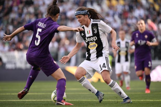 Juventus' Danish midfielder Sofie Junge Pedersen (c) challenges Fiorentina's Italian defender Alice Tortelli.