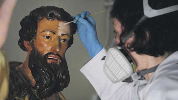 Removing the dark coating and overpaintings applied over the face in previous interventions.