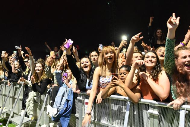 Thousands dance mask-free at UK live gig trial