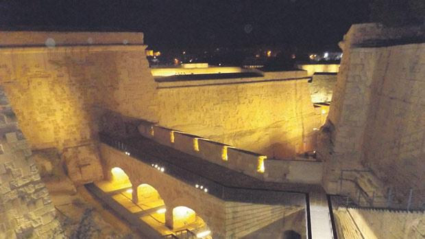 An elevated and linear footpath opening up into piazzas at strategic points along the length of the ditch, offers visitors vantage views of the imposing surrounding fortifications. Photos: DOI – Omar Camilleri