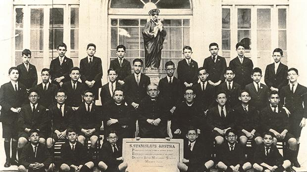 Mintoff was expected to join the clergy but left the Seminary at the age of 14.