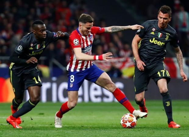 Atletico Madrid's Saul Niguez in action with Juventus' Blaise Matuidi and Mario Mandzukic.