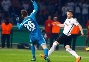 Frankfurt stun Bayern to win German Cup