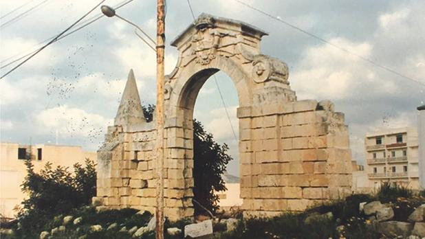 The original entrance gate to Ta' Xbiex ('Bieb il-Gżira'?) – pulled down during the last century.