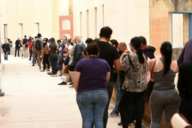 Hundreds queue at university as vaccine opens for over 30s