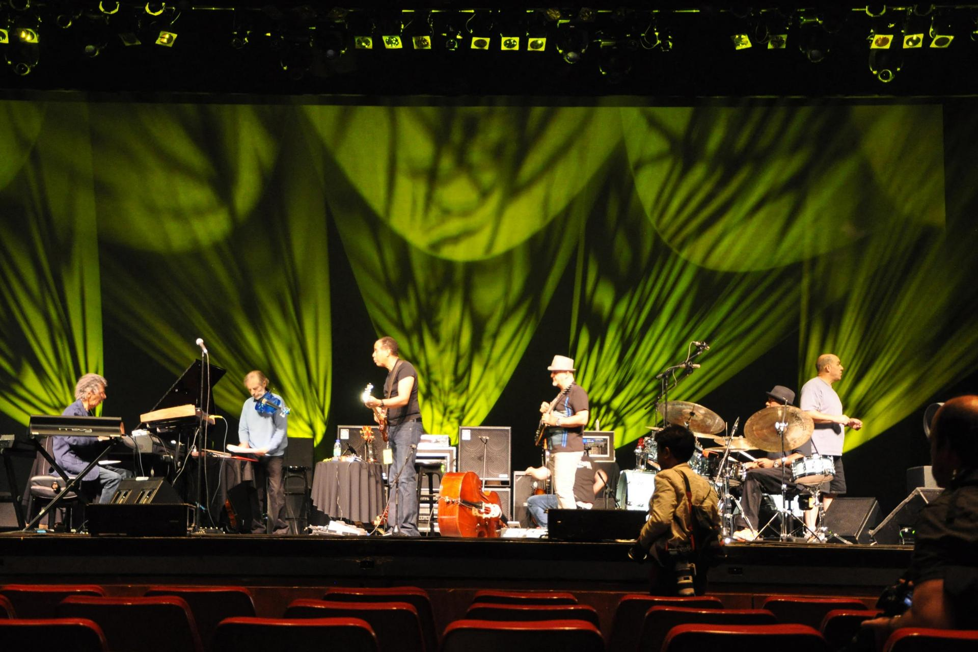 The group Return To Forever with (left to right) Chick Corea on piano and keyboards, Jean-Luc Ponty on violin, Stanley Clarke on bass, Frank Gambale on guitar and Lenny White on drums in a soundcheck before a concert in Montreal. QuebecPhoto: Eva Hambach/AFP