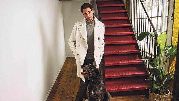 The Pianist actor Adrien Brody, ambassador of the men's line, appears in the campaign alongside his dog, animals being one of his greatest passions.