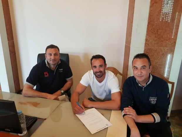 Justin Haber (centre) signs his contract alongside Gżira  president Sharlon Pace (left).