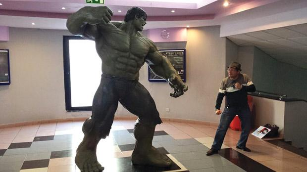 giant hulk selfie competition