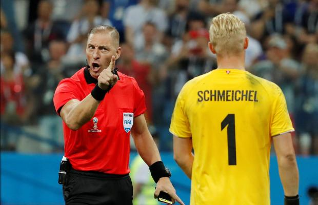 Kasper Schmeichel gets a telling off from the Argentine referee. Photo: Reuters