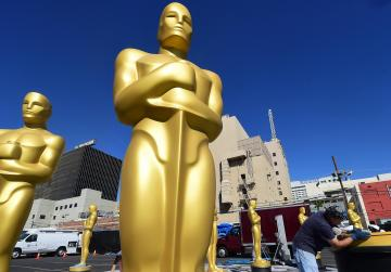 Oscars: the show must go on... without a host