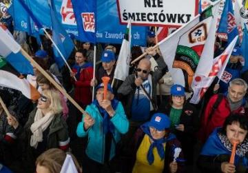 Thousands march in Warsaw demanding higher public sector pay