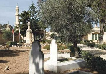 The monument at the back commemorates the prisoners of war who died in Malta during WWI.