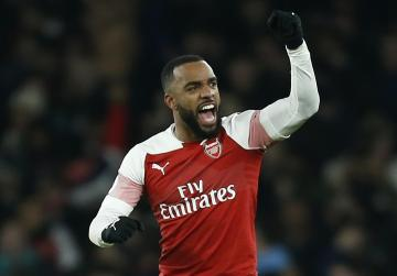 Arsenal beat toothless Chelsea to blow Champions League chase open