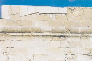 The intervention by the restorers allowing the original part of the stone work to show up.