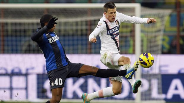 Inter's Juan Jesus (L) fights for the ball with Palermo's Josip Ilicic