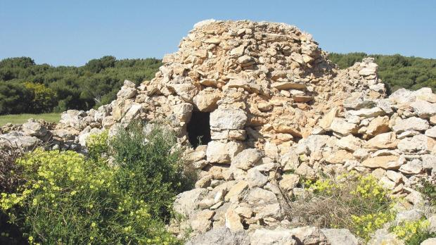 A damaged and partially collapsed girna at l-Aħrax tal-Mellieħa.