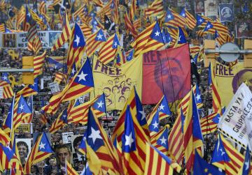 200,000 protest in Barcelona against Catalan separatists' trial