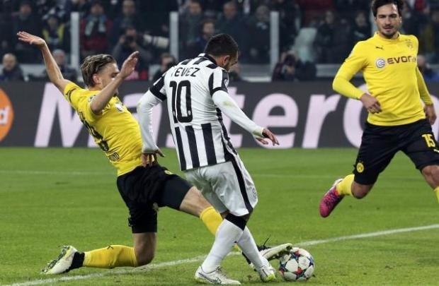 Carlos Dortmund juve overcome chiellini blunder to edge dortmund