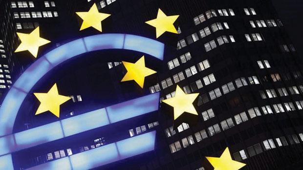 Illuminated euro sign. Photo: Kai Pfaffenbach/Reuters