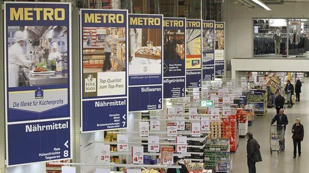 People shopping at a cash and carry market of Germany's retailer Metro AG in the western German city of Sankt Augustin. Photo: Wolfgang Rattay/Reuters
