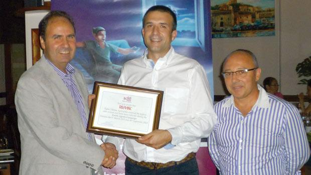 Albert Frendo presenting the award to Gordon Valentino from Re/Max Tigné, in the presence of Edward Grech.