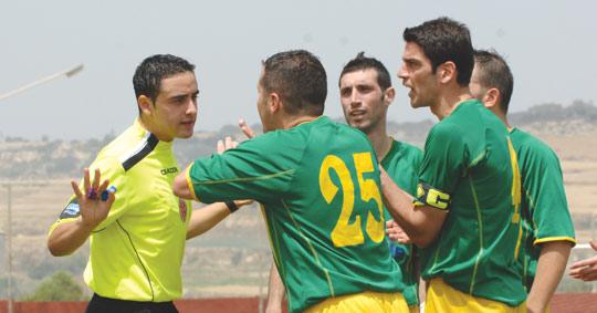 Żebbuġ Rangers players arguing with referee Fyodor Zammit.