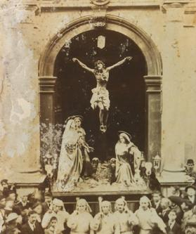 The statue of the crucifixion being carried out of the basilica in 1918.