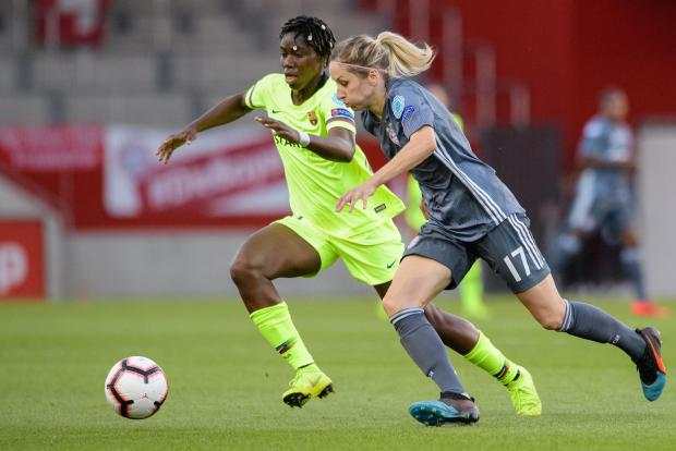 Kathrin Hendrich from FC Bayern Munich and Asisat Lamina Oshoala (left) from Barcelona in the duel for the ball.
