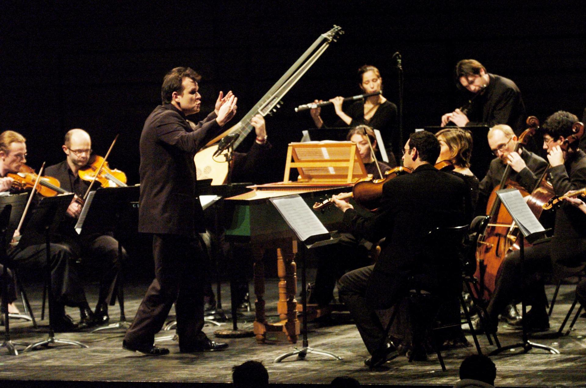 François-Xavier Roth directing Les Siècles during a concert at the Nantes auditorium in January 2006. Photo: Frank Perry / AFP