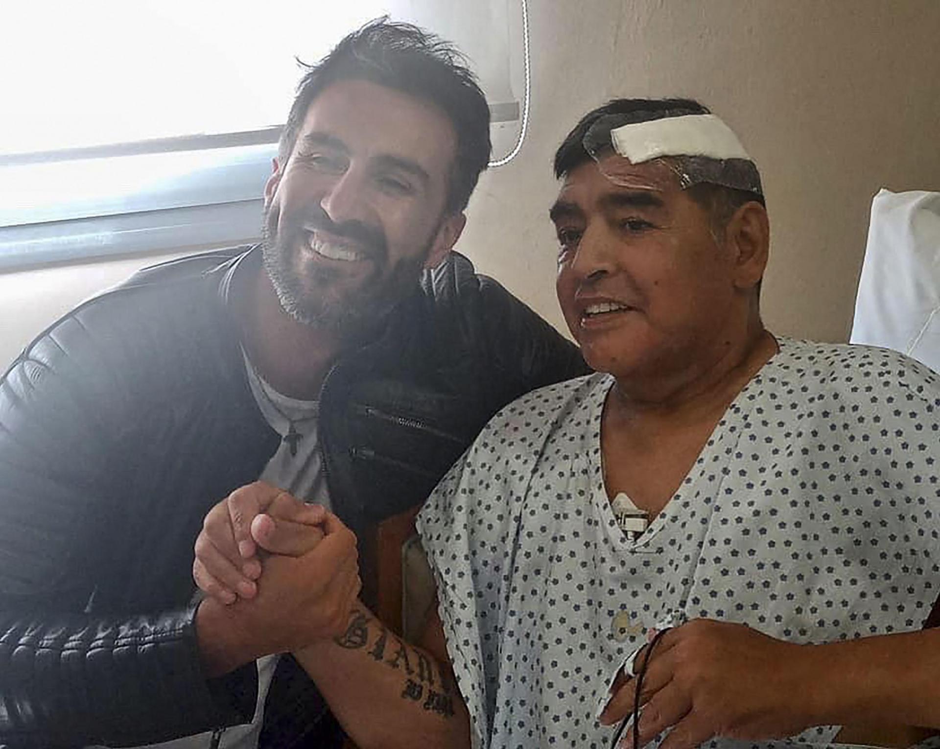 Maradona shakes his doctor's hand on November 11, 2020. Photo: AFP