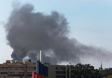 Black smoke billows in the sky above areas where clashes are taking place between pro-government forces and the Shura Council of Libyan Revolutionaries in Benghazi. Photo: Reuters