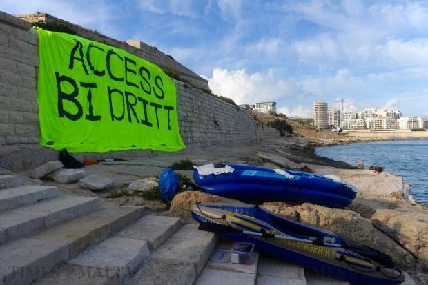 Activists of Front Emergenza Ambjent made their way to Manoel Island by canoe to hang up a large banner reading 'Access by right' in wake of the controversy regarding access to the island's foreshore on September 23. Photo: Steve Zammit Lupi