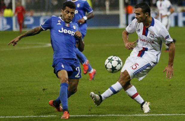 Juventus Dani Alves in action with Olympique Lyon's Jeremy Morel. Photo: Robert Pratta, Reuters