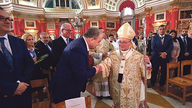 Mgr Scicluna is seen here greeting Speaker Anġlu Farrugia as former Mosta mayor and chairman of the Vassallo Group Nazzareno Vassallo looks on. First from right is Mosta mayor Keith Cassar. Photos: Curia – church.mt/photos