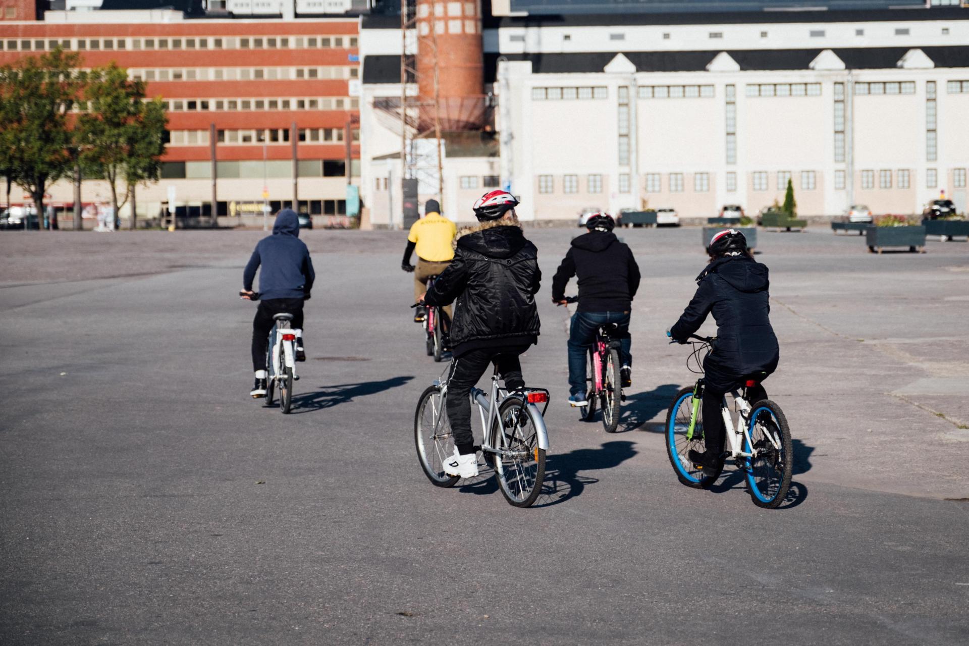 Después de aprender a andar en bicicleta, los participantes son llevados a dar un paseo fuera del área segura, para familiarizarse con las reglas de la calle, en el área de Merihaka en Helsinki, Finlandia, el 20 de septiembre de 2019. Los inmigrantes a Finlandia pueden recibir lecciones de ciclismo gratuitas para ayudarlos a integrarse mejor a la vida en la nación amante de las bicicletas.  Foto: Alessandro Rampazzo / AFP