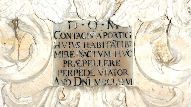 The epigrammatic Latin text forming part of the niche.